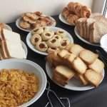 Tostadas, medialunas y cereales desayunar